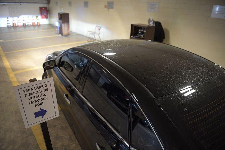 Senadores utilizam sistema drive-thru para votação na Comissão de Relações Exteriores.