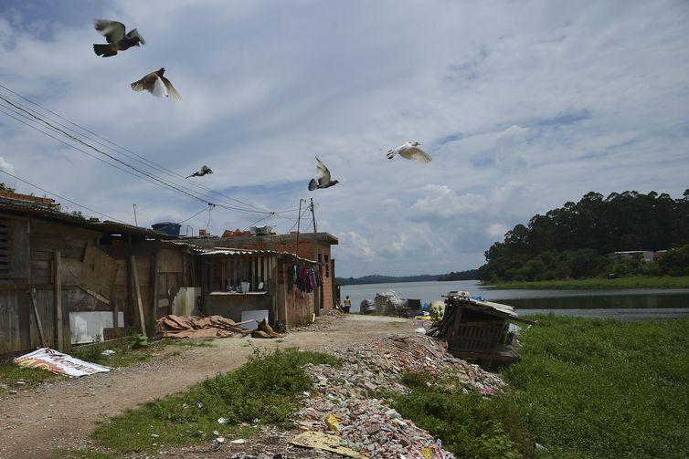 São Paulo - Construções às margens da Represa Billings, um dos principais reservatórios de água da região metropolitana de São Paulo (Rovena Rosa/Agência Brasil)
