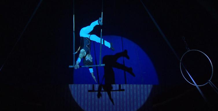 Trapezista Leandro Grahl mescla técnicas de acrobacia em apresentação