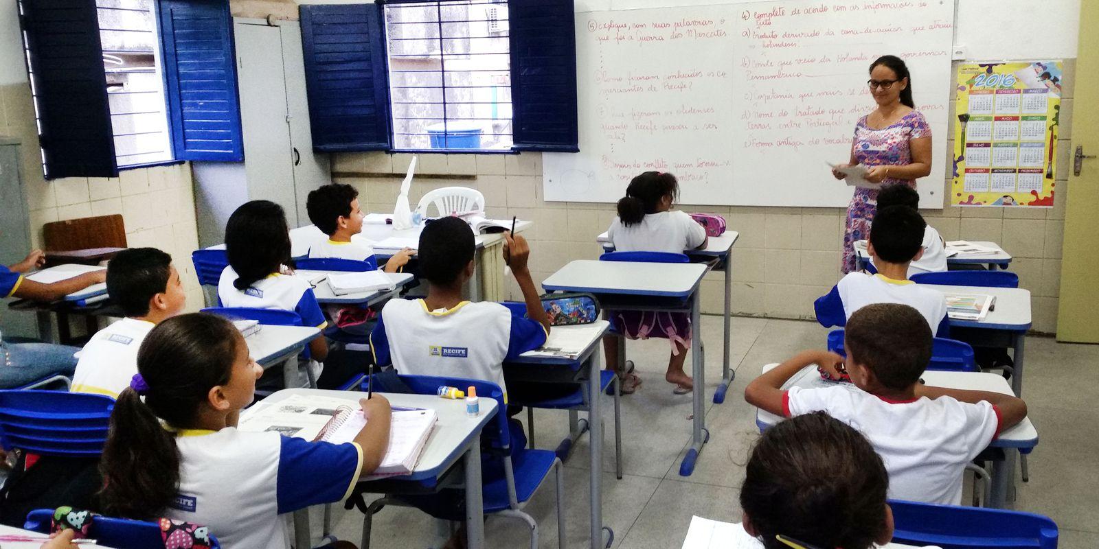 Recife – Alunos da Escola Municipal Abílio Gomes, na capital pernambucana, usam livros didáticos que podem ser proibidos pela Câmara de Vereadores (Sumaia Vilela / Agência Brasil)