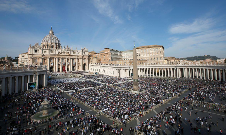 Papa Francisco lidera missa pela canonização de cinco pessoas no Vaticano