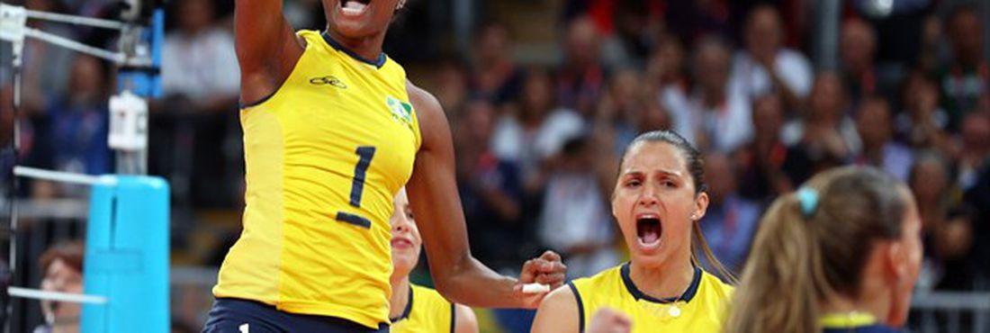 Torcida comemora a vitória do vôlei feminino