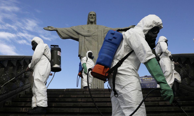 Militares trabalham na desinfecção da estátua do Cristo Redentor antes de sua reabertura em meio ao surto da doença do coronavírus (COVID-19), no Rio de Janeiro, Brasil, 13 de agosto de 2020. REUTERS / Ricardo Moraes