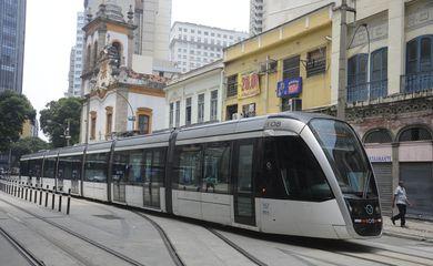 A linha 3  do VLT, que faz o trajeto entre a Central do Brasil e o Aeroporto Santos Dumont começa a operar no início da tarde de hoje (26).