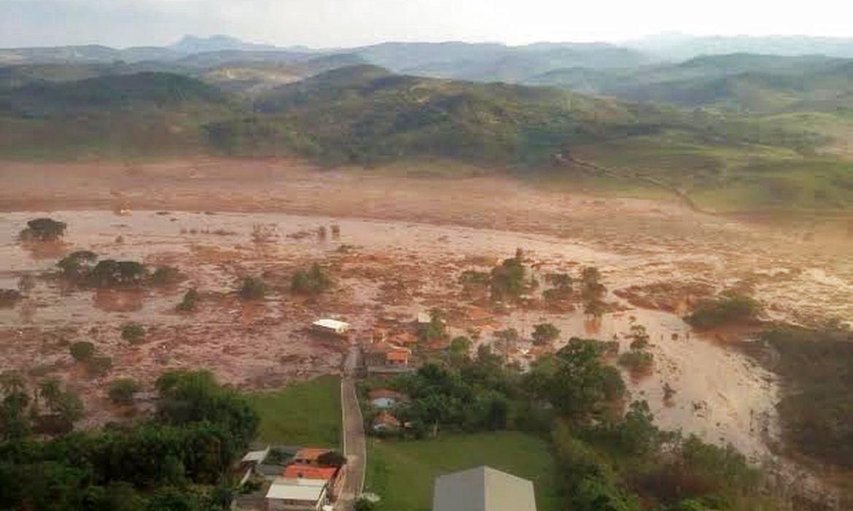 Barragem da mineradora Samarco se rompeu em Mariana e inundou a região