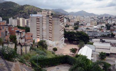 Antigo edifício do IBGE na Mangueira, no Rio de Janeiro, foi implodido neste domingo. No local serão construídas unidades habitacionais do Minha Casa, Minha Vida