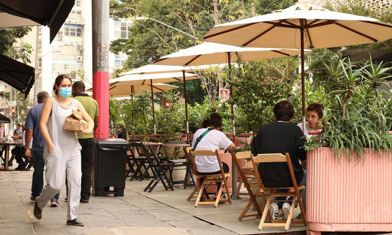 A prefeitura de São Paulo autorizou os bares e restaurantes a instalarem mesas e cadeiras nas áreas de estacionamento das ruas da cidade