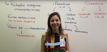 Professora Camila Cavaliere ministra aulas de biologia no Cai no Vestibular da TV Brasil