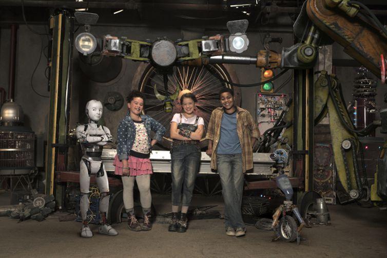 Ana entre seus amigos e o robô Zig