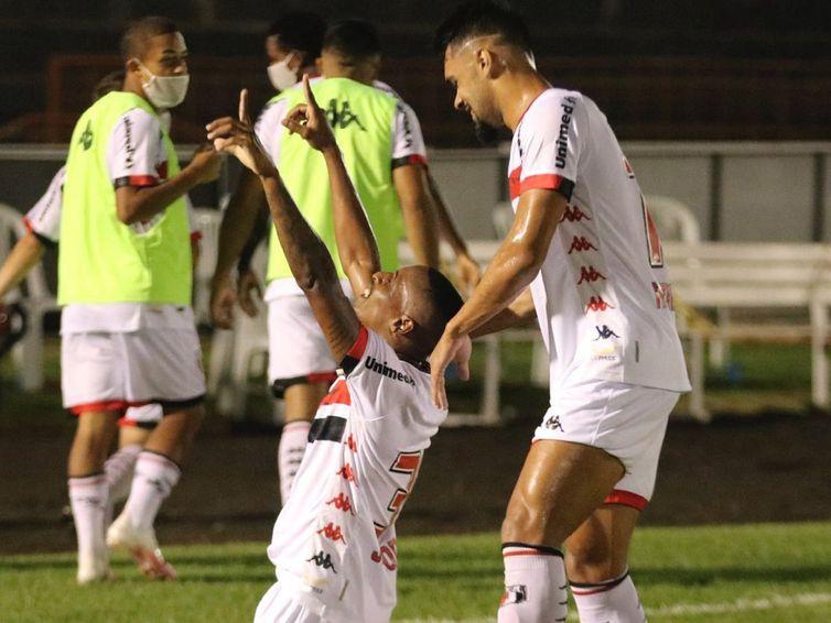Botafogo ainda respira após vencer vice-líder.