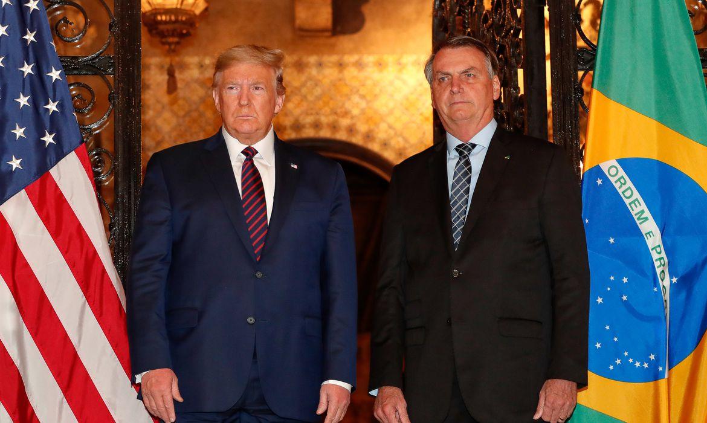 O presidente da República Jair Bolsonaro, acompanhado do presidente dos Estados Unidos Donald Trump, posam para fotografia