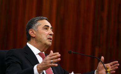 O presidente do Tribunal Superior Eleitoral (TSE), Luís Roberto Barroso, durante entrevista coletiva.