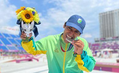 Kelvin Hoefler faturou a prata no skate street em Tóquio 2020.