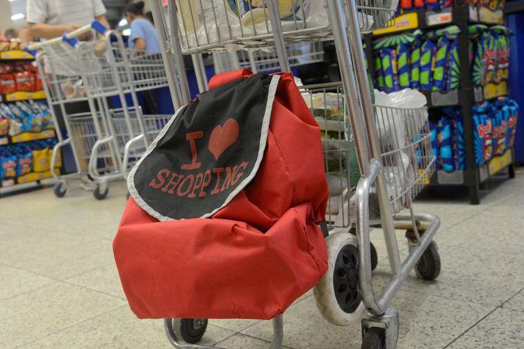 Consumidores adotam sacolas retornáveis com o fim da distribuição gratuita de sacolas plásticas pelos supermercados