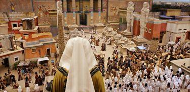 Povo hebreu atravessa a cidade sob os olhares dos egípcios