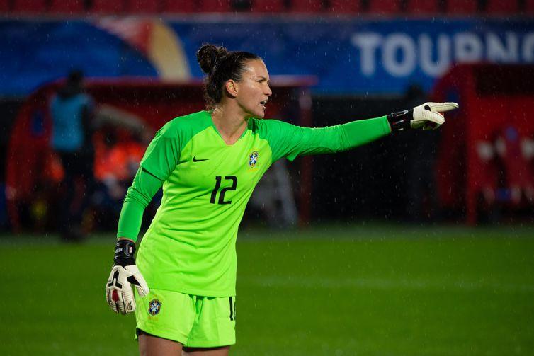 Goleira Aline em ação contra Holanda em jogo do Torneio da França de futebol feminino