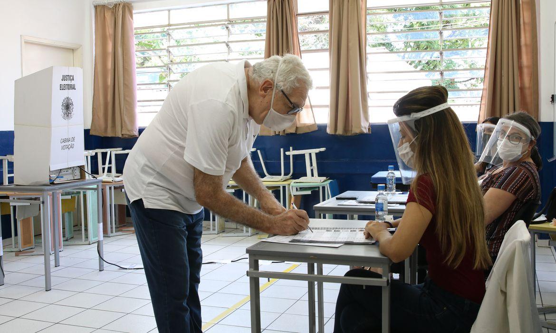 Movimento de eleitores na 250ª Zona Eleitoral da Lapa, localizada na Escola Heitor Garcia, durante as eleições municipais.