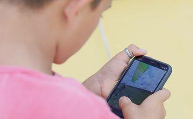 """Crianças assistem vídeos em celulares conectados no programa """"Wi-fi na Praça"""""""