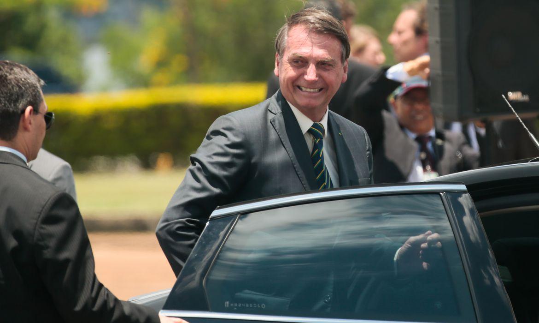 O presidente Jair Bolsonaro participa da cerimônia de hasteamento da bandeira nacional no palácio da Alvorada