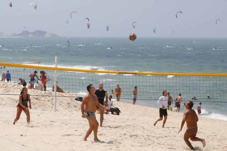 Cariocas aproveitam manhã sábado com calor para se refrescar na praia do Leblon