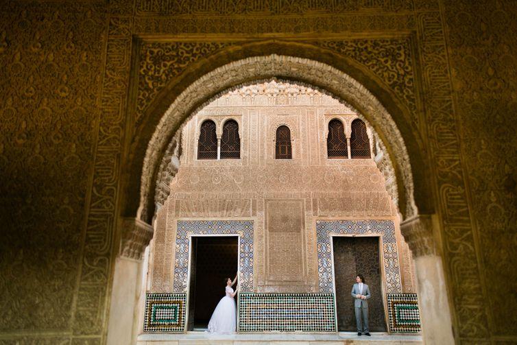 Ensaio fotográfico feito em Alhambra, Espanha, com o casal Carlos Enrique e Júlia.Ensaio fotográficod de um casal em um castelo mouro em Alhambra, na Espanha