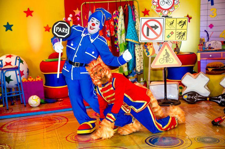 Topetão e o Gato ensinam a respeitar as leis de trânsito