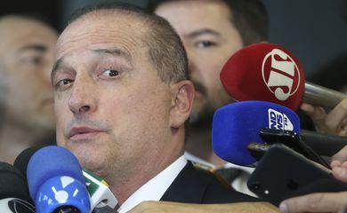 O ministro chefe da Casa Civil, Onyx Lorenzoni , fala à imprensa após reunião com o ministro da econômia, Paulo Guedes