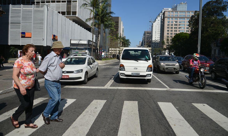 A Companhia de Engenharia de Tráfego - CET vai aumentar o tempo de travessia dos semáforos para pedestres para evitar atropelamentos. em São Paulo