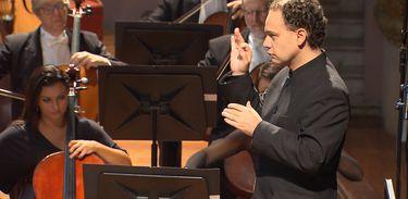 Maestro mexicano Miguel Salmon Del Real sobe ao palco com a OSB