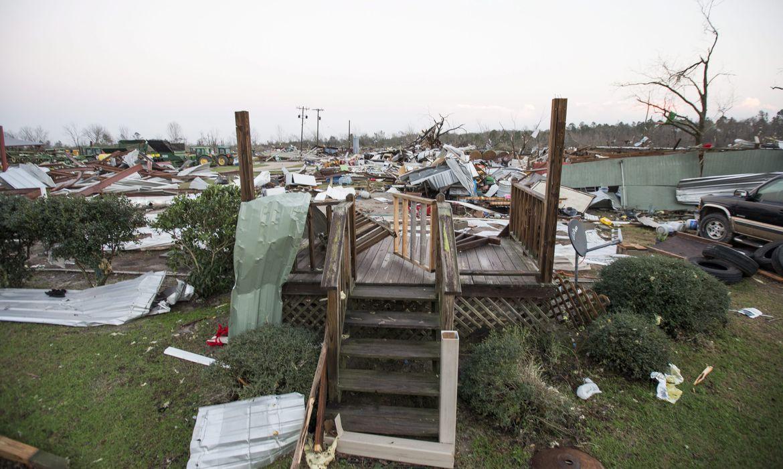 Estados Unidos – Tempestade e tornado no sul dos Estados Unidos. Na imagem, uma região da cidade de Adel, na Geórgia, onde sete pessoas morreram
