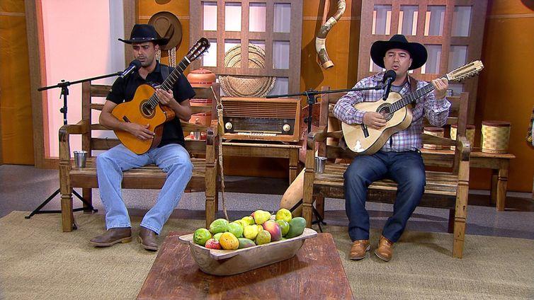 Os violeiros Mineiro da Viola & Gilberto cantam seus sucessos no Brasil Caipira