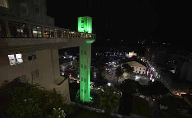 O Elevador Lacerda, em Salvador, iluminado de verde para alertar sobre o glaucoma - Foto Jefferson Peixoto/Secom