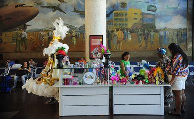 Quiosque Butique de Carnaval vende produtos oficiais das escolas de samba,produzidos por artesãos da Associação de Mulheres Empreendedoras do Brasil, no saguão do Aeroporto Santos Dumont (Fernando Frazão/Agência Brasil)