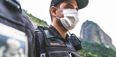 Polícia Militar do Rio de Janeiro usa máscaras no patrulhamento de rotina