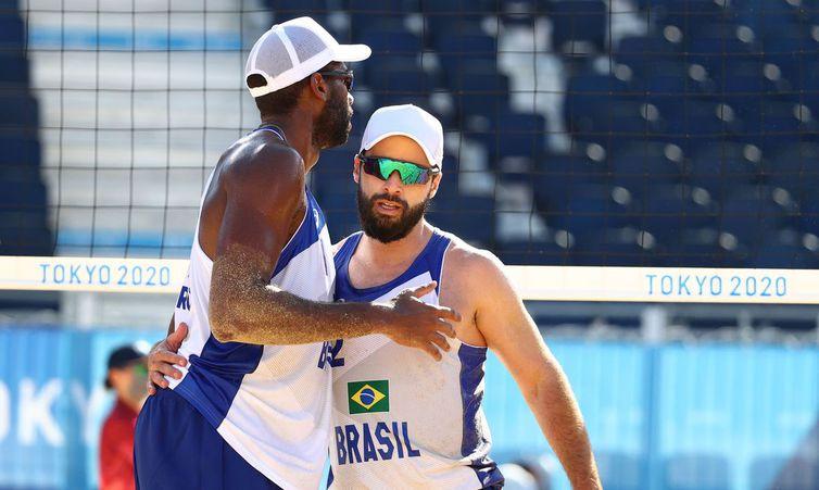 Evandro e Bruno Schmidt avançam no vôlei de praia