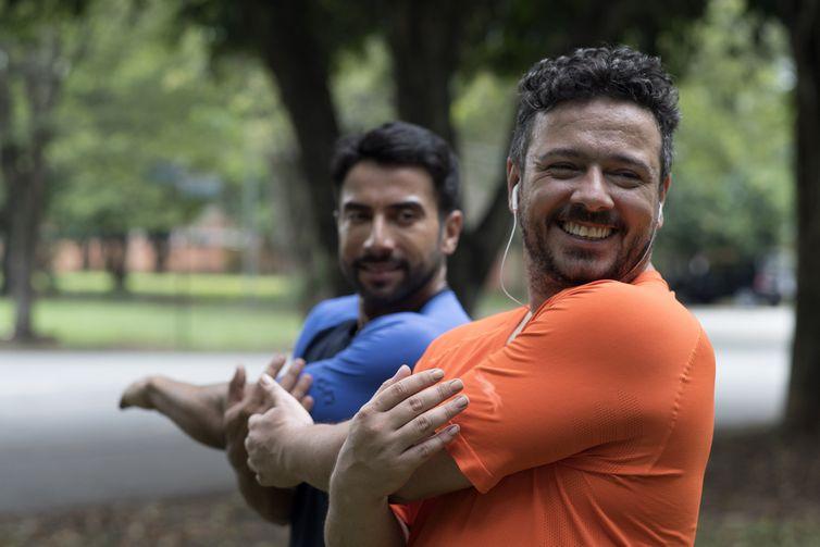 Alberto e seu personal trainer fazem exercícios