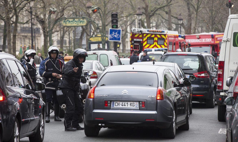 Polícia bloqueia as ruas próximas à redação da revista Charly Hebdo, onde homens armados mataram ao menos 11 pessoas
