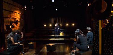 No Atos, a atriz e diretora Cristina Pereira compartilha experiências com atores em formação