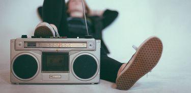 Mulher ouvindo rádio