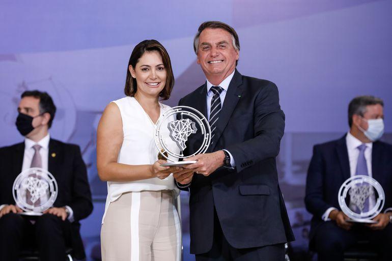 Presidente da República, Jair Bolsonaro, durante entrega do Prêmio Marechal Rondon de Comunicações, à primeira-dama, Michelle Bolsonaro.