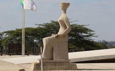 A Justiça é uma escultura localizada em frente ao prédio do Supremo Tribunal Federal, na Praça dos Três Poderes, em Brasília, no Distrito Federal