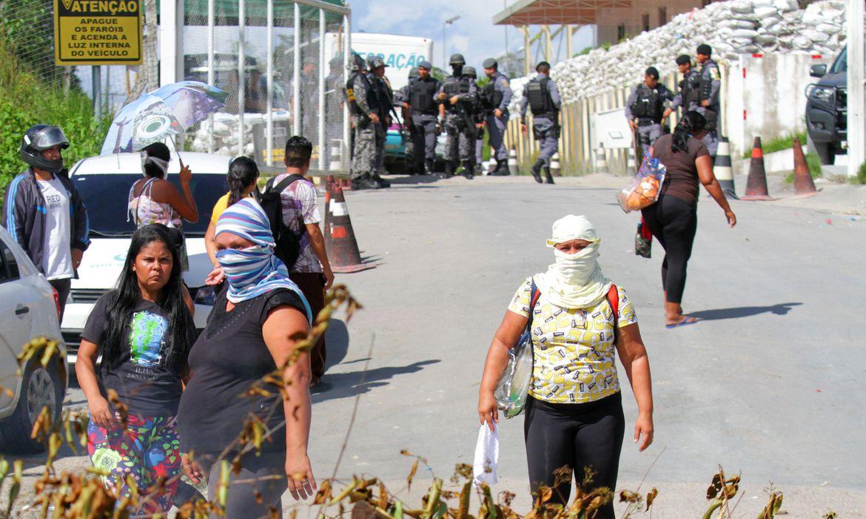 Parentes de presos bloqueiam a entrada de uma prisão em Manaus (AM).