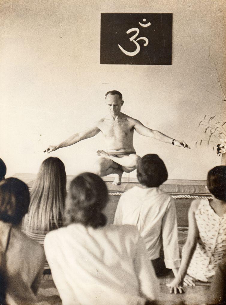 Pioneiro da yoga no Brasil, professor Hermógenes