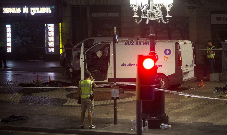 Imagem da van usada em ataque terrorista em Barcelona (Agência Lusa/Direitos Reservados)