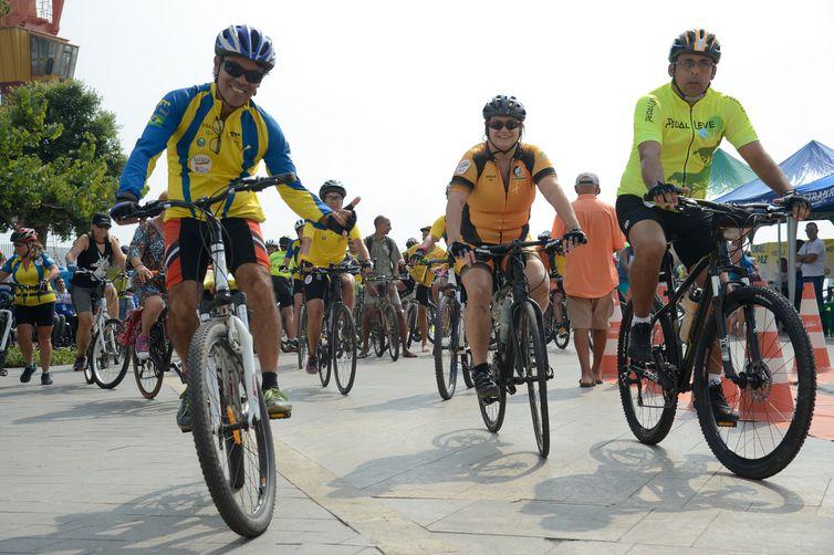 Passeio de bicicleta Pedal da Paz, no centro do Rio, tem como objetivo chamar atenção para a convivência pacífica entre pedestres, ciclistas e motoristas.
