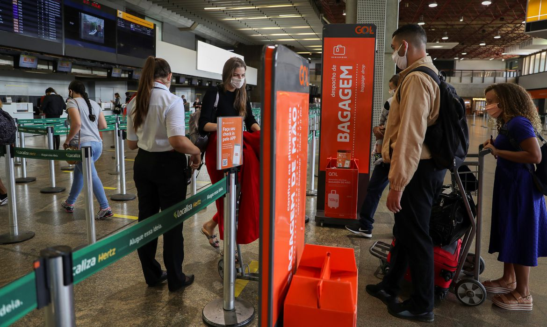 .Pessoas fazem check-in paa voo da Gol no aeroporto de Guarulhos durante a pandemia do coronavirus. 19/5/2020.REUTERS/Amanda Perobelli