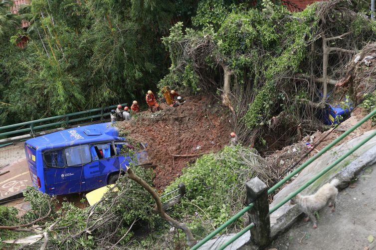 Temporal causa danos na cidade do Rio de Janeiro. Na avenida Niemeyer, que liga os bairros do Leblon e São Conrado, na zona sul, deslizamento atingiu um ônibus, que acabou tombando sobre a ciclovia na encosta da pista.