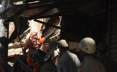 Prédio de quatro andares desaba em Rio das Pedras, zona oeste do Rio de Janeiro.