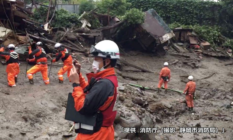 Imagens mostram deslizamento de terra provocado por chuvas no Japão.