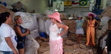Sophia Helena participa de desfile de roupas confeccionadas com material reciclável